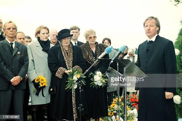 Beerdigung von Professor Julius HackethalTrauerfeier mit Hut Ehefrau Nr 2 Freunde Patienten Verwandten TVPfarrerFliege