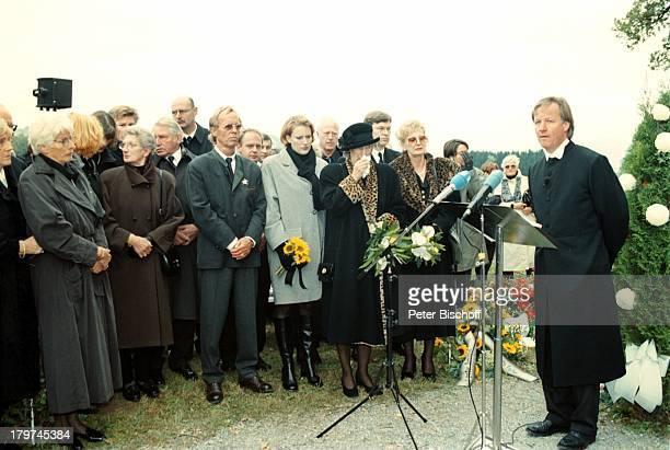 Beerdigung von Professor Julius HackethalTrauerfeier mit Hut Ehefrau Nr 2 ganzlinks Ehefrau Nr 1 Freunde und VerwandteTVPfarrer Fliege