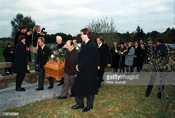 Beerdigung von Professor Julius HackethalTrauerfeier Trauermarsch mit Sarg