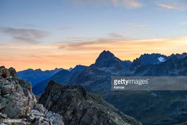 vor sonnenaufgang in den bergen - kemter stock-fotos und bilder