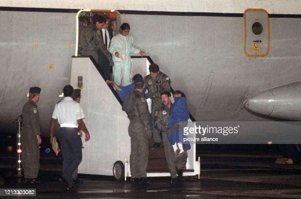 Befreite Geiseln - hier eine Inderin mit ihren zwei Kindern - verlassen nach der Landung auf dem Frankfurter Rhein-Main-Flughafen am 7. September...