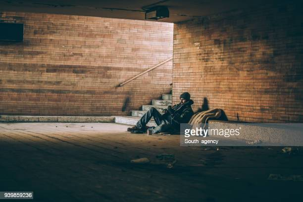 beggar playing guitar - homeless foto e immagini stock