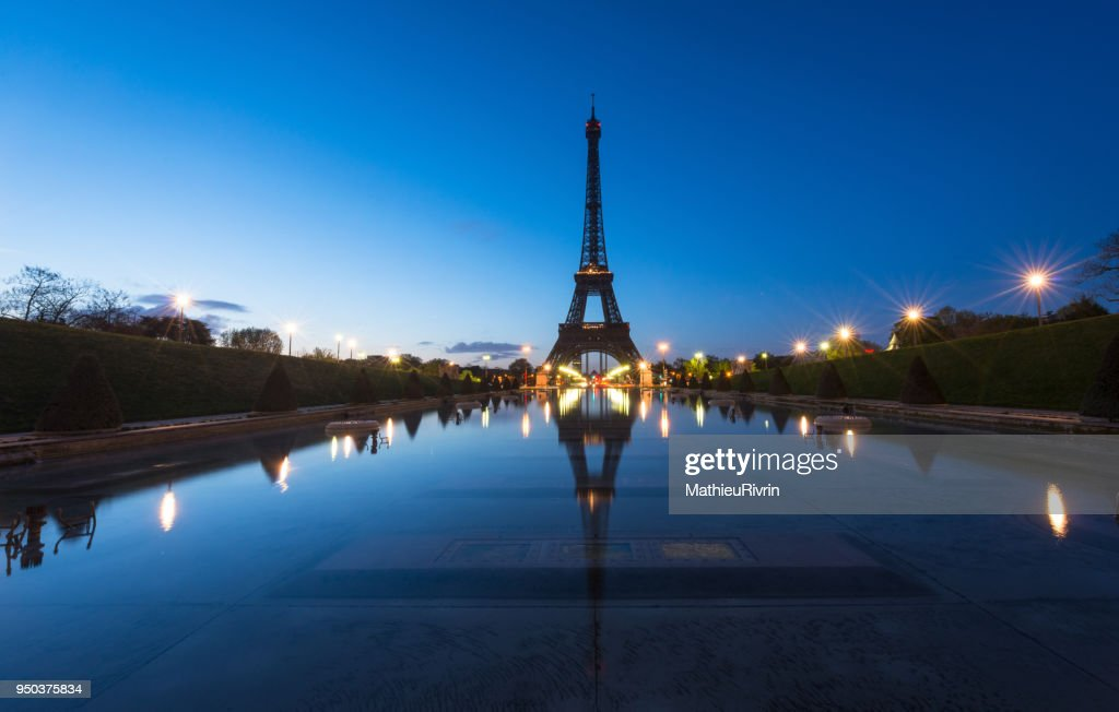 Beginning of the day in Paris and the Eiffel Tower : Stock Photo