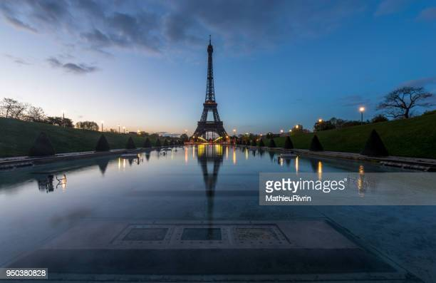 beginning of the day in paris and the eiffel tower - monument stock pictures, royalty-free photos & images