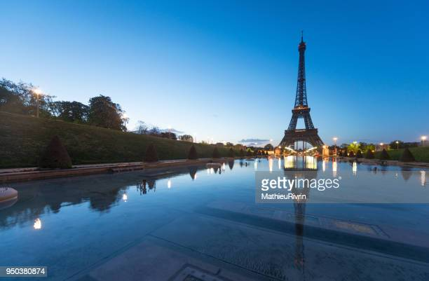 beginning of the day in paris and the eiffel tower - トロカデロ地区 ストックフォトと画像