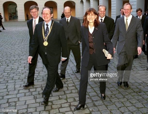 Begleitet vom Rektor der Universität Bonn, Klaus Borchert , und Preisträgern des Förderpreises im Gottfried-Wilhelm-Leibniz-Progamm 1999 ist...