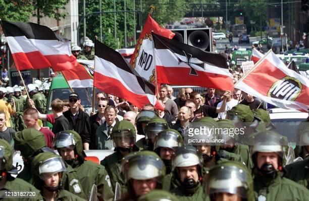 Begleitet von einem großen Polizeiaufgebot ziehen etwa 200 Anhänger der rechtsextremen NPD am 6.5.2000 durch Essen. Bei Aufmärschen von Anhängern der...