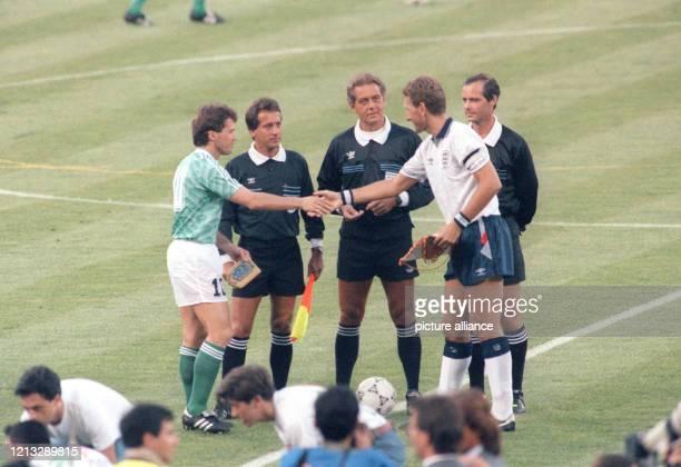 Begrüssung und Wimpeltausch vor Spielbeginn zwischen dem deutschen Kapitän Lothar Matthäus und dem englischen Spielführer Terry Butcher . Der...