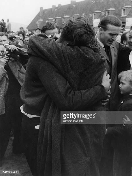 Begrüssung von Russlandheimkehrern im Lager Friedland 1955