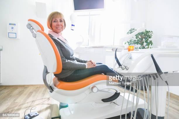 Behandlung einer älteren Patientin beim Zahnarzt