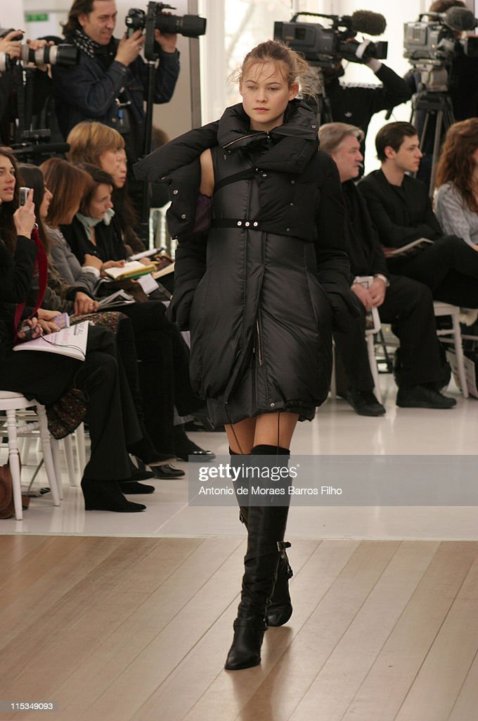 Paris Fashion Week - Autumn/Winter 2006 - Ready to Wear - Atsuro Tayama - Runway : News Photo