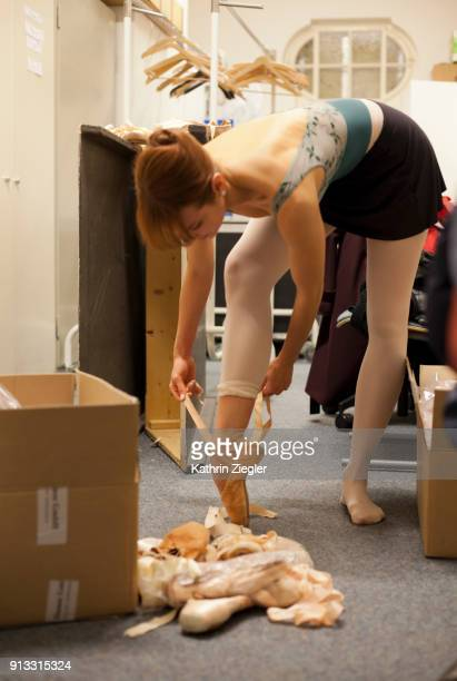 Behind the scenes at the Bavarian State Ballet: Dancer going through her old shoes