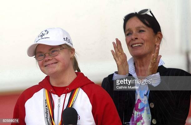 Behinderten Sport Special Olympics 2004 Hamburg Abschlufeier Agnes WESSALOWSKI / SO Athletin Geraldine CHAPLIN 180604