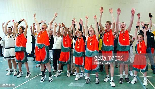 Behinderten Sport Special Olympics 2004 Hamburg Basketball Siegerehrung Jubel GoldMedaille fuer die Unified BasketballMannschaft aus Neuendettelsau...