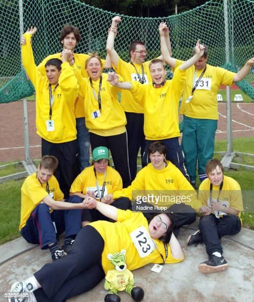 Behinderten Sport Special Olympics 2004 Hamburg Leichtatlethik Team TSG Bergedorf / Hamburg ganz vorne Aylin ALTINKAYNAK erste Reihe Dino HEINZE...