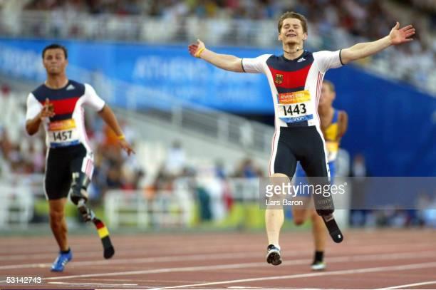 Behindertensport / Leichtathletik / Maenner Paralympics 2004 Athen 250904 200m Finale Wojtek CZYZ / GER / Gold laeuft jubelnd durch das Ziel und...