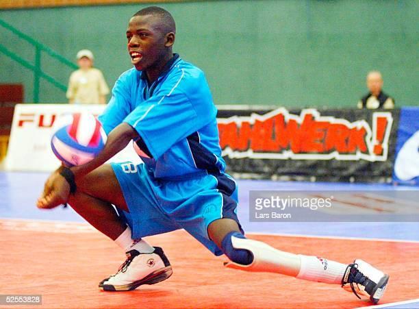 Behindertensport / Volleyball / Maenner: WM 2004, Mettmann; Ruanda - Kanada ; Jean BOSWANGIZWENIMANA / Ruanda spielt mit Beinprotese 13.04.04.