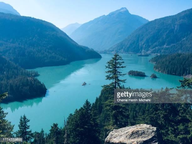behold lake diablo loveliness - diablo lake fotografías e imágenes de stock
