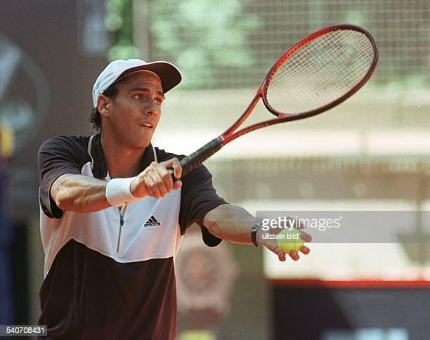Bei den 94 Internationalen Tennis Meisterschaften der Herren am Hamburger Rothenbaum schlägt der argentinische Tennisspieler Mariano Zabaleta auf