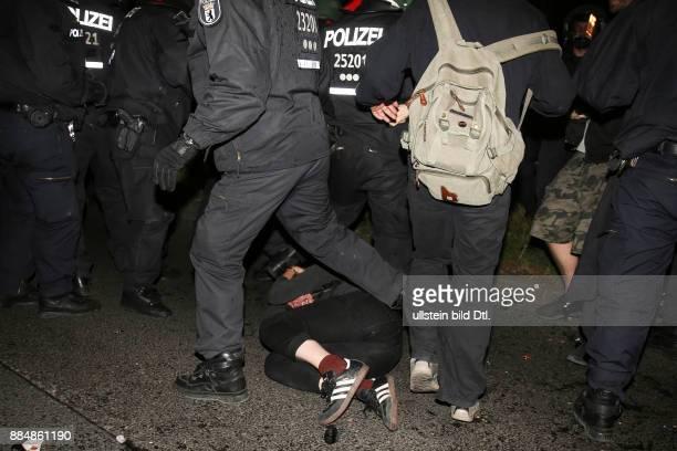 Bei den Festnahmen kamen auch unbeteiligte Demonstranten auf der Strecke Diese blieben teilweise verletzt auf dem Boden liegen Rund 4000 Menschen...