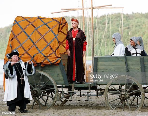 Bei den StörtebekerFestspielen 2000 auf Rügen spielt die Schauspielerin Heidemarie Wenzel in dem Stück 'Die Kreuzritter' die Rolle der Thyra Links...