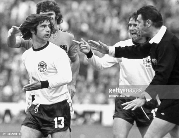 Bei der Fußball-Weltmeisterschaft kommt es im Endspiel zu einer Diskussion zwischen dem englischen Schiedsrichter John Taylor , Gerd Müller und...