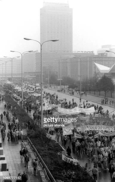 Bei der größten nichtstaatlichen Demonstration in der DDR am 4 November 1989 gingen über 500000 Menschen in Ostberlin für mehr Demokratie...