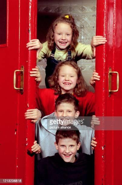 """Bei der Präsentation zur neuen ARD-Serie """"Drei mit Herz"""" schauen die Zwillinge Kristina und Karolin Krause und Oliver und Sven Turni am 5.1.1999..."""