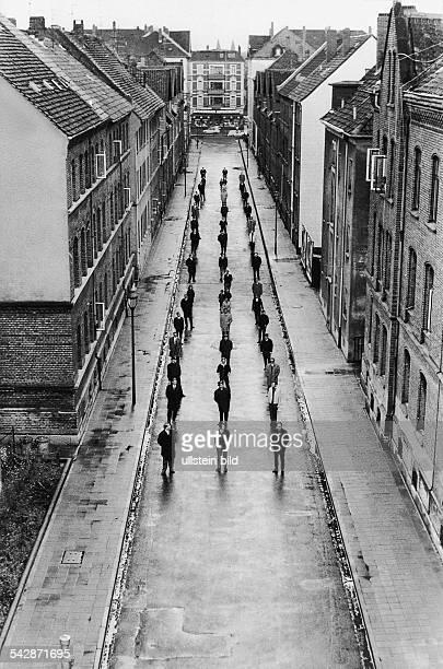 Bei einem Verkehrsexperiment stehen 1969 47 Personen auf einer Straße in Braunschweig. Das Experiment soll zeigen wieviel Raumverbrauch die jeweils...