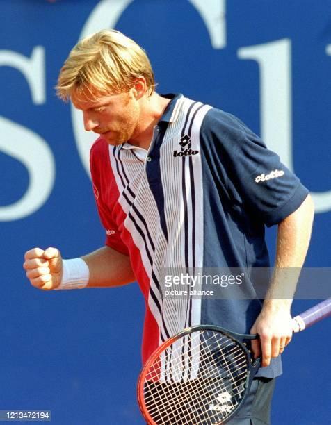 Bei hochsommerlichen Temperaturen ballt der deutsche TennisProfi Boris Becker am 2271998 in der zweiten Runde des ATPTurniers auf dem Stuttgarter...