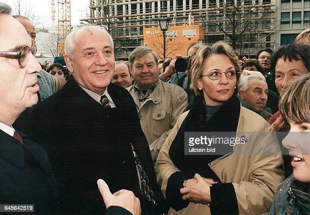 MICHAIL GORBATCHOW bei seinem ersten Besuch in Berlin in Begleitung seiner Tochter IRINA VARGINSKAJA und seiner Enkelin MICHAIL GORBATCHOW bei seinem...
