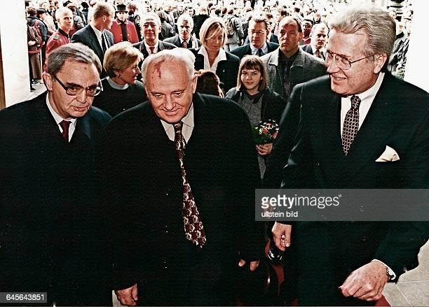 MICHAIL GORBATCHOW bei seinem ersten Besuch in Berlin in Begleitung seiner Tochter IRINA VARGINSKAJA und seiner EnkelinVon links Dolmetscher...