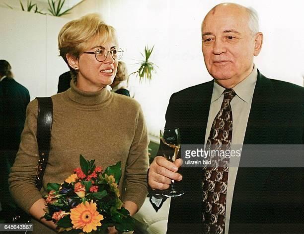 MICHAIL GORBATCHOW bei seinem ersten Besuch in Berlin in Begleitung seiner Tochter IRINA VARGINSKAJA und seiner Enkelin Hier der Begrüssungstrunk in...