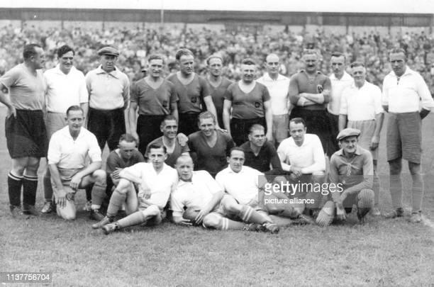 Beide Mannschaften stellen sich zu einem gemeinsamen Gruppenbild auf Die Spieler im hellen Trikot sind HerthaSpieler Kalb Domscheid Stuhlfauth Franz...