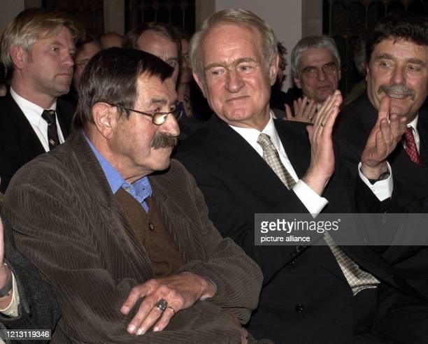 Beifall spendet Bundespräsident Johannes Rau am 2121999 bei der Eröffnung des Jubiläumskongresses des Verbandes deutscher Schriftsteller in Köln für...