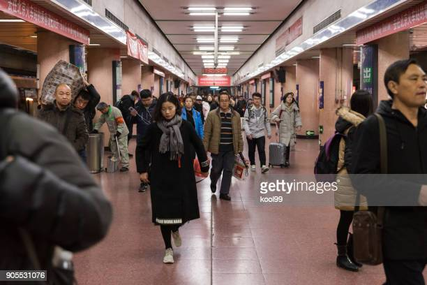 """beijign metro linha 2 estação de """"estação ferroviária de pequim"""", lotado de multidão segurando a bagagem pronta para retornar para o ano novo em casa de comboio. - segunda feira - fotografias e filmes do acervo"""