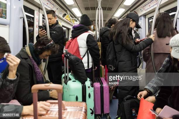 interior de trem de metrô lotado do beijign metro linha 2 - segunda feira - fotografias e filmes do acervo