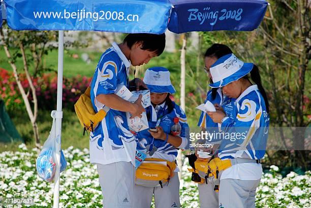 2008 年北京オリンピックの公式の制服ボランティア - 国立オリンピック競技場 ストックフォトと画像