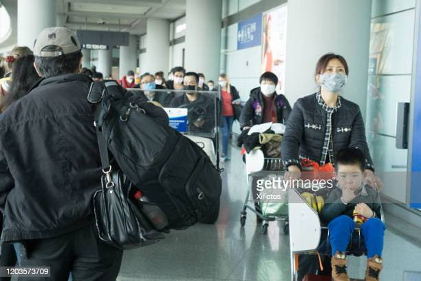 beijing airport tijdens coronavirus outbreak - china coronavirus stockfoto's en -beelden
