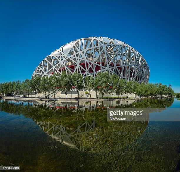 olimpici di pechino (nido d'uccello stadio nazionale che riflettono nel lago cina - stadio olimpico nazionale foto e immagini stock