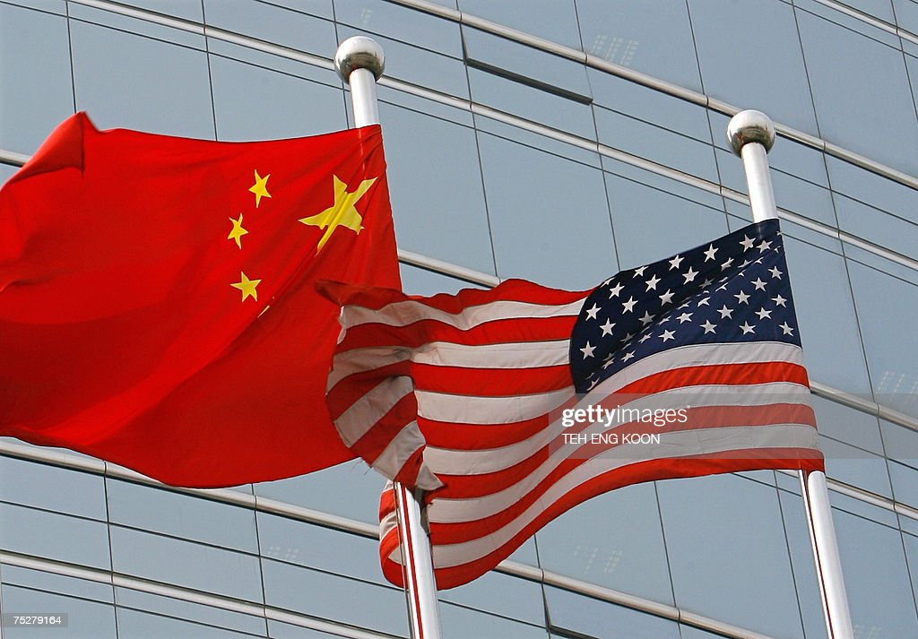 A US and a Chinese flag wave outside a c... : News Photo