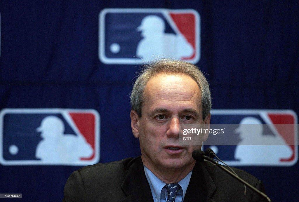 Boston Red Sox president Larry Lucchino... : Foto jornalística