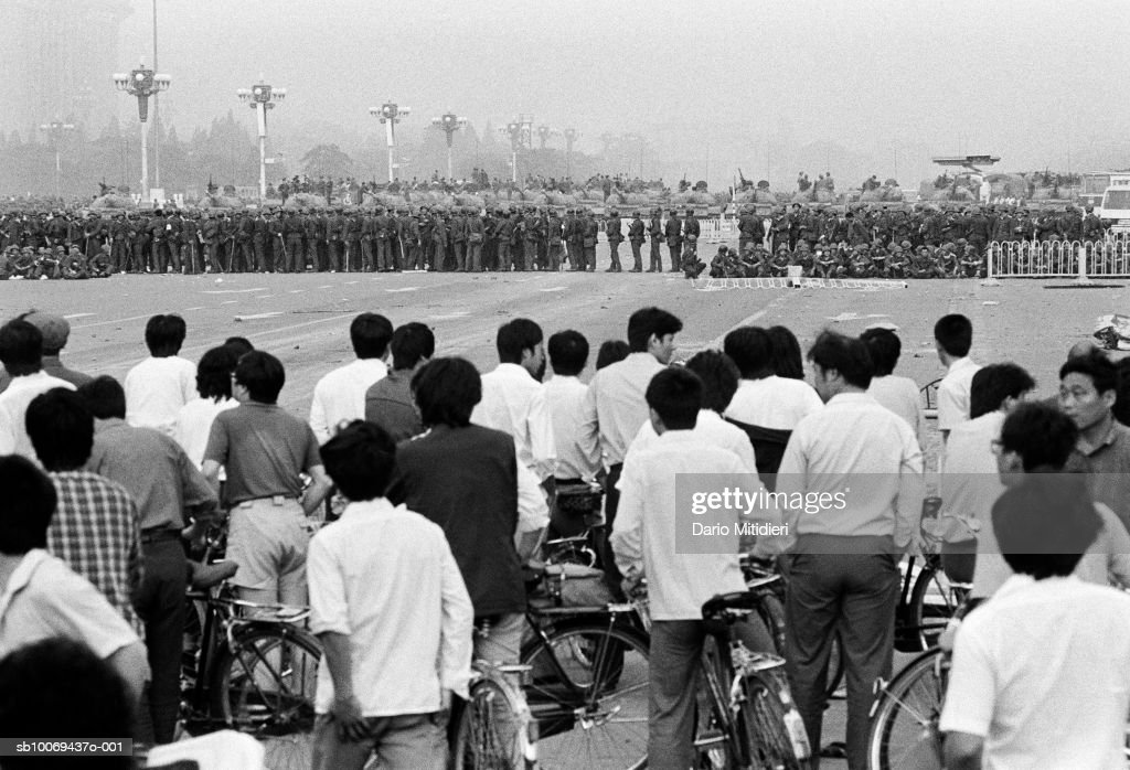Protestors watching army soldiers at Tiananmen Square (B&W) : Nyhetsfoto