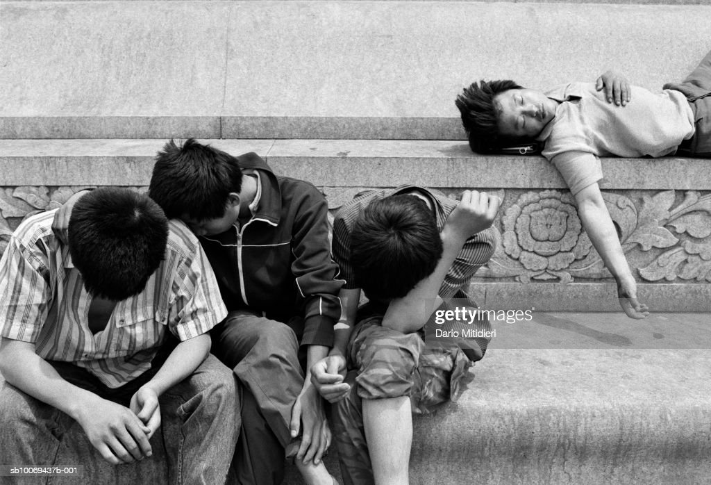 Students demonstrating at Tiananmen Square (B&W) : News Photo