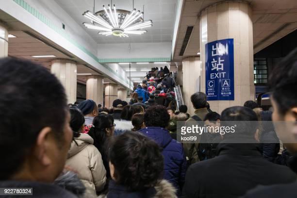 """pequim metro linha 2 """"templo yonghe"""" estação, plateia lotada go tour templo ditan justo. - segunda feira - fotografias e filmes do acervo"""