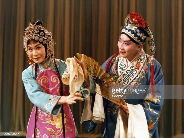 Beijing Opera Theater on tour 'Picking Up the Jade Bracelet' Fu Peng and Sun Yujiao fall in love at first sight Fu Peng deliberately drops a jade...