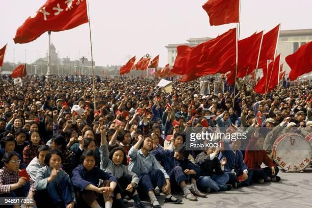 Tienaman Square Demonstrators brandishing the Little Red Book 1967 Pékin Place TienAnMen manifestants brandissant le Petit Livre Rouge