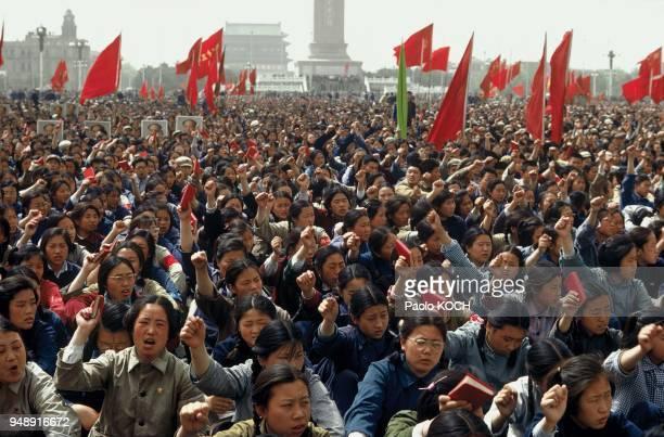 Beijing TienAnMen Square demostrators brandishing the Little Red Book May 1967 19670500 Pékin Place TienAnMen manifestants brandissant le Petit Livre...