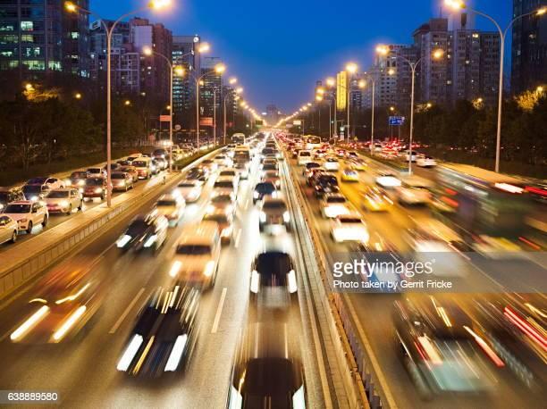 beijing traffic highway at night - straßenverkehr imagens e fotografias de stock