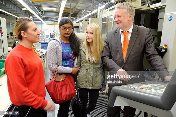 Beim Girls Day bei der ZF Friedrichshafen AG in Saarbrücken können Schülerinnen einen Einblick in Berufe im Bereich Industrie gewinnen Im Bild Cindy...